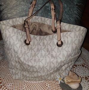 Beautiful summer Michael Kors tote